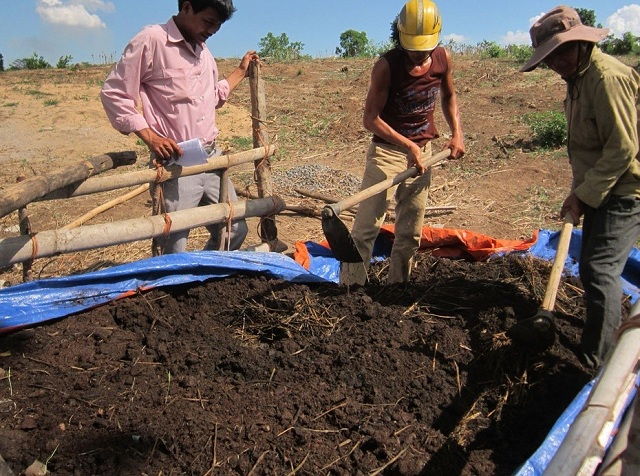 Nền ủ phân bò cần đảm bảo không làm thoạt nước và đạt độ cao nhất định